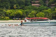Шлюпка пикирования выходя Ao Tonsai, на Phi Дон Phi Koh Phi Phi Koh подныривания шлюпки Стоковая Фотография RF