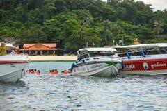 Шлюпка пикирования выходя Ao Tonsai, на Phi Дон Phi Koh Phi Phi Koh подныривания шлюпки Стоковые Фотографии RF