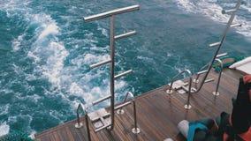 Шлюпка плавает на волны и выходит след в Красное Море Кормка корабля E видеоматериал
