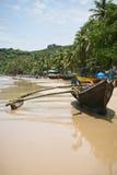шлюпка пляжа старая Стоковые Изображения