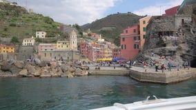 Шлюпка покидая гавань Vernazza на Cinqueterre видеоматериал