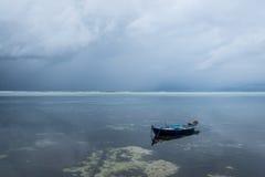 Шлюпка поставленная на якорь на Maafushi, Мальдивах Стоковая Фотография