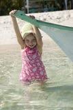 Шлюпка ПОТЕХИ пляжа маленькой девочки тропическая Стоковая Фотография RF