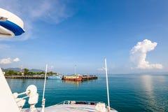 Шлюпка приезжает на пристань Ko Pha Ngan Стоковое Изображение RF