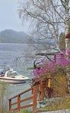 Шлюпка приземлилась на берег озера Стоковые Изображения RF