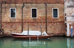 Шлюпка, река, Венеция, кирпич, стена Стоковая Фотография