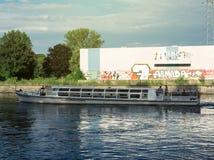 Шлюпка реки курсируя в страсбурге на теплый летний день стоковое изображение