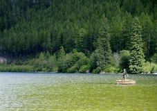 шлюпка рыболова его озеро whiteswan Стоковые Фотографии RF