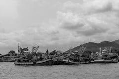 Шлюпка рыболова на море с черно-белым стоковое изображение rf