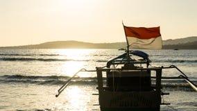 Шлюпка рыболова традиционная с индонезийским флагом стоковые фотографии rf