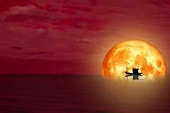 шлюпка силуэта задней части луны полной крови на море ночи иллюстрация вектора