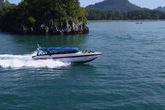 Шлюпка скорости быстро проходя через море Andaman нося людей на празднике и каникулах стоковая фотография rf