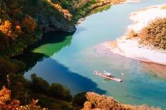 Шлюпка сплавляя в реке Seogang на деревне Seonam с передней частью осени стоковое изображение