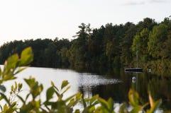 Шлюпка стыкует вдоль берега озера осенью Стоковые Фото