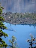 Шлюпка с бодрствованием на озере кратер в Орегоне стоковое изображение rf