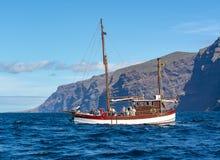 Шлюпка с туристами около Лос Gigantes ища киты и дельфины, Тенерифе, Канарские острова, Испания стоковые изображения