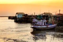 Шлюпка человека Fisher и длинний мост в море Стоковые Изображения