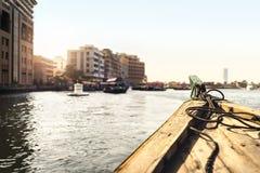 Шлюпка Abra в Dubai Creek Такси воды в реке Вид на город пассажира от традиционного парома Курсировать и старый транспорт в ОАЭ стоковая фотография rf