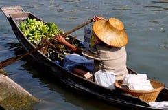 шлюпка amphawa полоща женщину Таиланда стоковые фотографии rf