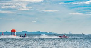 Шлюпка F5 с красивым небом и море в Bangsaen приводят шлюпку в действие 2017 на пляже Bangsaen в Таиланде Стоковое Фото