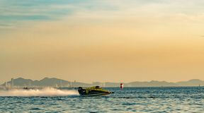 Шлюпка F3 с красивым небом и море в Bangsaen приводят шлюпку в действие 2017 на пляже Bangsaen в Таиланде Стоковое Изображение RF