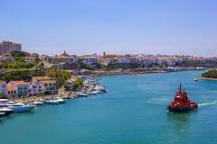 Шлюпка Fisihng в Менорке гавани на побережье Испании Стоковые Изображения