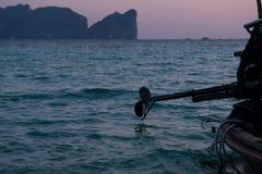 Шлюпка Longtail на заходе солнца Стоковое Фото