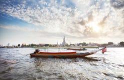 Шлюпка Longtail около Wat Arun Стоковая Фотография RF