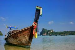 Шлюпка Longtail поставленная на якорь на пляже Ao Loh Dalum на Phi Дон Isla Phi Стоковая Фотография