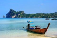 Шлюпка Longtail поставленная на якорь на пляже Ao Loh Dalum на Phi Дон Isla Phi Стоковое Изображение