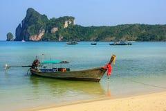 Шлюпка Longtail поставленная на якорь на пляже Ao Loh Dalum на Phi Дон Isla Phi Стоковое Изображение RF