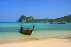 Шлюпка Longtail поставленная на якорь на пляже Ao Loh Dalum на Phi Дон Isla Phi Стоковые Изображения RF