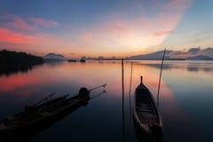 Шлюпка Longtail с прибрежным рыбацким поселком, красивый пейзаж соперничает Стоковые Фото