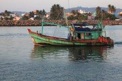 Шлюпка ` s рыболова идет к морю Стоковое Изображение RF