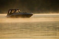 Шлюпка ` s рыболова на воде, Стоковые Фото