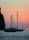 Шлюпка Sailing на заходе солнца Стоковое Изображение