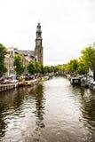 Шлюпки Амстердама причаленные каналом стоковая фотография rf
