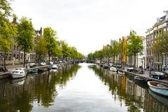 Шлюпки Амстердама причаленные каналом стоковые фотографии rf