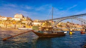 Шлюпки вина гавани на портовом районе с мостом Dom Луис и старом городке на реке Дуэро в Ribeira в центре города Порту стоковые фотографии rf