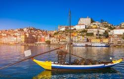 Шлюпки вина порта на портовом районе с старым городком на Дуэро стоковое фото rf