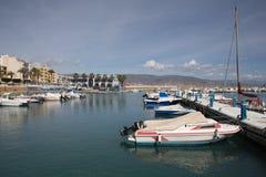 Шлюпки в гавани Roquetas Del Mar Косте de AlmerÃa в AndalucÃa Испании с шлюпками в гавани Стоковые Изображения