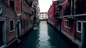 Шлюпки в каналах Венеции, отсутствие движения Вечер и сумрак в Venezia Италии 4K акции видеоматериалы
