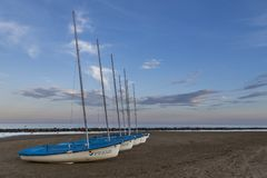 Шлюпки в песке на пляже Стоковые Изображения