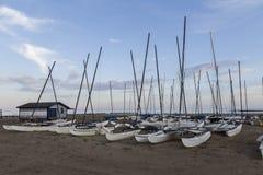 Шлюпки в песке на пляже Стоковые Фотографии RF