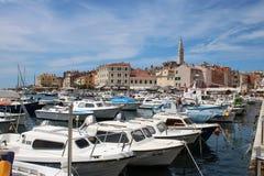 Шлюпки в Rovinj затаивают, Хорватия с городком позади стоковое изображение rf