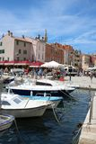 Шлюпки, гавань Rovinj, Хорватия, глохнут позади стоковые изображения rf