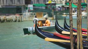 Шлюпки гондолы плавая на воду, транспорт в Венеции, морской город путешествуют видеоматериал