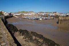 Шлюпки Девона гавани Ilfracombe и городок с голубым небом Стоковое Изображение RF