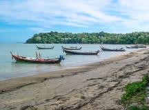 Шлюпки длинного хвоста в Rawai приставают к берегу, Пхукет, Таиланд стоковое фото