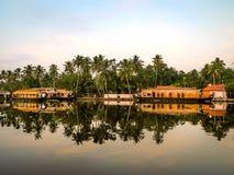 Шлюпки дома в задней воде, Alleppey, Керале, Индии Стоковое Изображение
